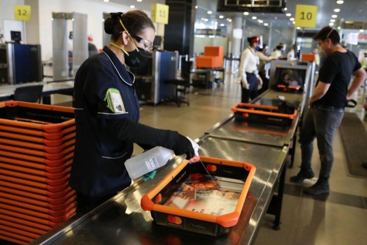 Personal del aeropuerto revisa los equipajes