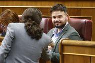 Iglesias (Podemos) y Rufián (ERC) se saludan en el Congreso.