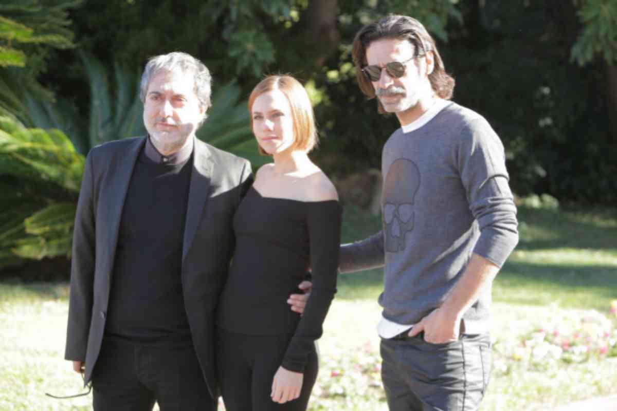 Olivares, con Aura Garrido y Nacho Fresneda, dos de los protagonistas de la serie.