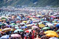 Miles de británicos se hacinan en las playas de Bournemouth.