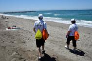 Dos auxiliares de playa en El Zapillo de Almería.