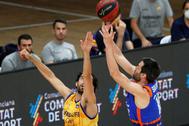 GRAFCVA6328. lt;HIT gt;VALENCIA lt;/HIT gt;.- El alero de lt;HIT gt;Valencia lt;/HIT gt; lt;HIT gt;Basket lt;/HIT gt;, Fernando San Emeterio, lanza a canasta ante la defensa del alero de Herbalife Gran Canaria, Javier Beiran, durante el segundo partido de la quinta jornada del grupo B de la fase final de la Liga Endesa que disputan en el pabellón de la Fuente de San Luis de lt;HIT gt;Valéncia lt;/HIT gt;.