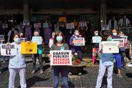 Representantes sindicales participan en la concentración que se ha celebrado en el hospital de Txagorritxu de Vitoria.