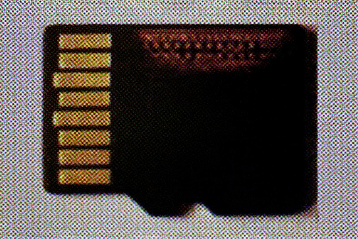 La tarjeta micro-SD sustraída a Bousselham. La zona naranja es la dañada. CRÓNICA