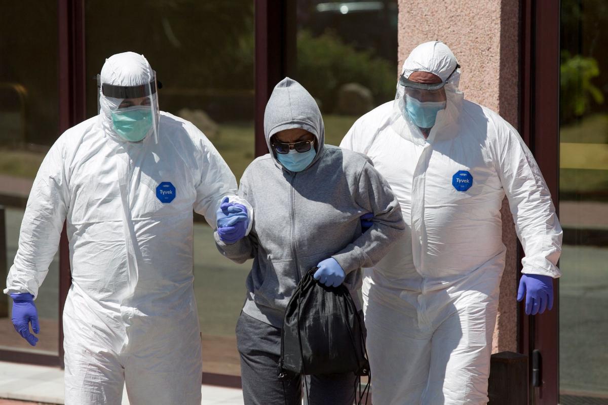 GRAFAND9798. lt;HIT gt;MÁLAGA lt;/HIT gt;.-Personal sanitario traslada desde el Centro de Acogida, Emergencia y Derivación de Cruz Roja de lt;HIT gt;Málaga lt;/HIT gt; a una de las personas afectadas por la lt;HIT gt;COVID lt;/HIT gt;-19 al hospital Clínico malagueño; ayer la Consejería de Salud de la Junta de Andalucía detectó en este centro un foco de coronavirus en más de ochenta personas que dieron positivo.