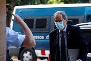 Un 'mosso' saluda al presidente catalán, Quim Torra, a su llegada al Parlament.