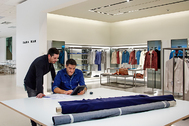 Detrás de cada empresa hay infinitas historias de proyectos, esfuerzo, sueños, superación y valor social, como las que Inditex ha propiciado en sus instalaciones de Arteixo (en la imagen).