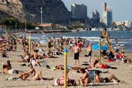 GRAFCVA6257. ALICANTE.-Vista general de la playa del Postiguet, en Alicante, hoy miércoles, festivo en la Comunidad Valenciana.