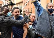 El presidente de Vox, Santiago Abascal (centro), este viernes, tras incidentes en Sestao (Vizcaya).