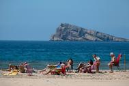 Varias personas toman el sol en Benidorm, uno de los destinos favoritos de los británicos en España.