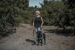 Carolina Peñaranda, con su perro guía, en Godelleta (Valencia).