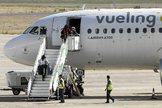 Pasajeros subiendo a a un avión, A320, de Vueling