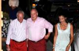 El Rey Juan Carlos, flanqueado por Josep Cusí y su mujer, Inés Muiños.