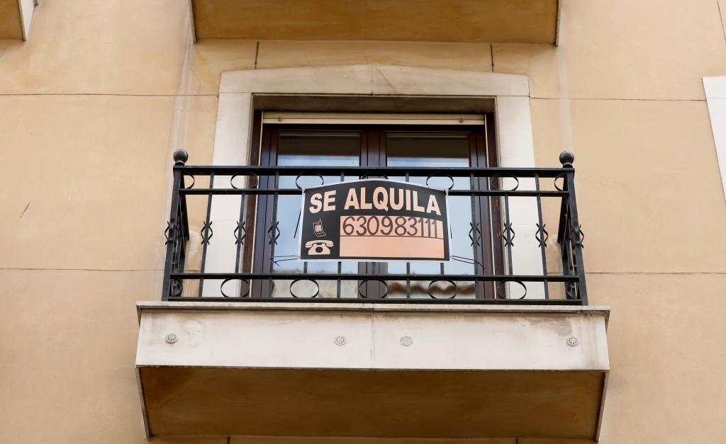 Cartel de 'Se Alquila' en un piso del centro de Madrid.