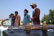 Ex militantes entregan sus armas en una ceremonia de reconciliación en Jalalabad.