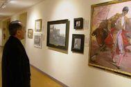 Federico Arnás, observando el retrato de un torero.