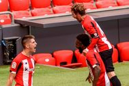 BILBAO.- Oihan lt;HIT gt;Sancet lt;/HIT gt; (i) celebra un gol durante el partido correspondiente a la trigésimo segunda jornada de LaLiga Santander disputado, este sábado, en el estadio San Mamés en Bilbao.
