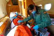 La capitán Cristina González, en un entrenamiento en un Falcon.