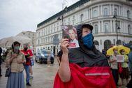 Un partidario del presidente Duda hace campaña en Varsovia.