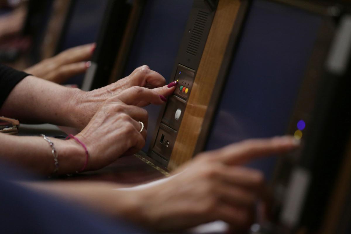 Diputados emiten su voto en la última sesión plenaria, en el Congreso.