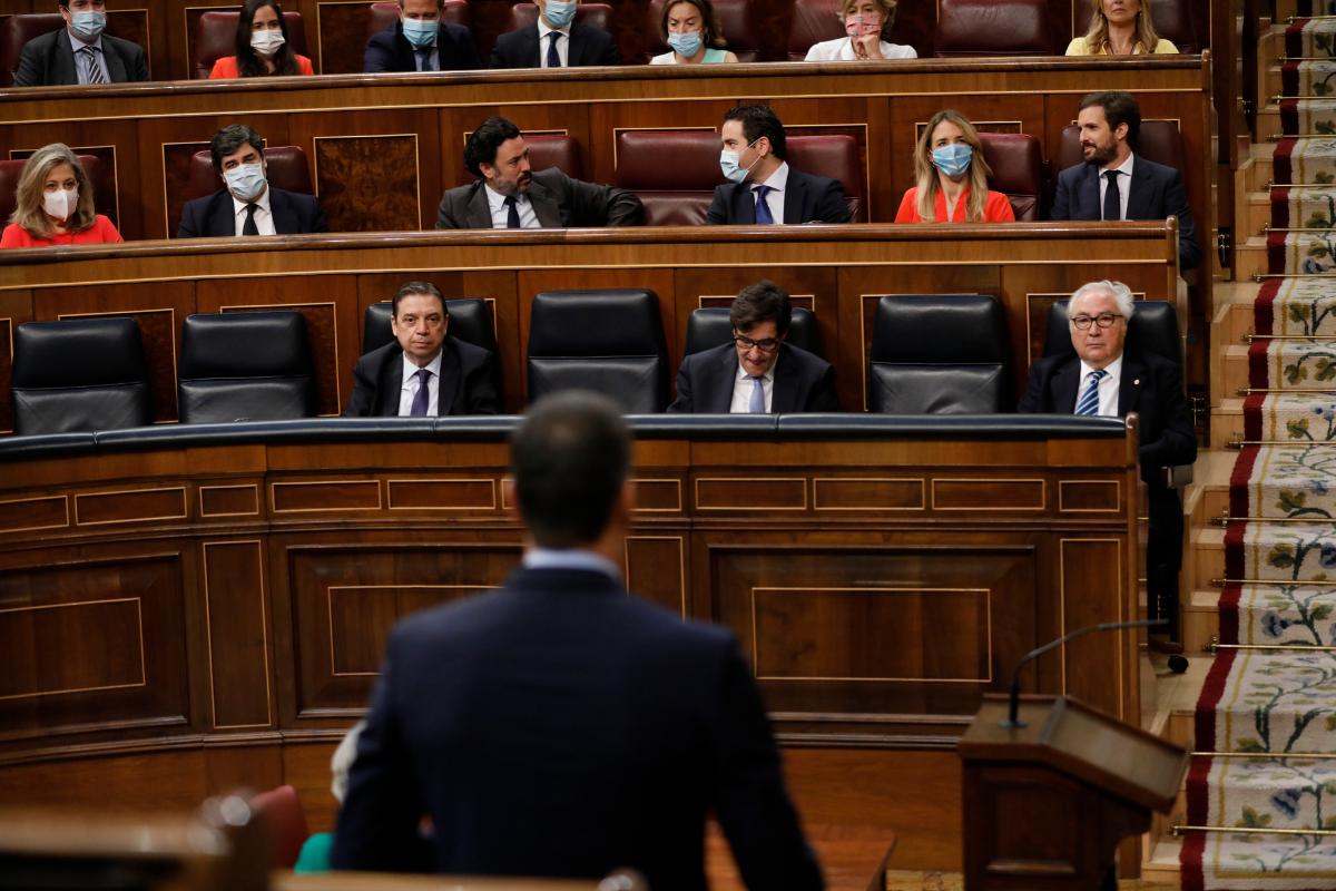El presidente del Gobierno, Pedro Sánchez, se dirige a los 'populares', en la sesión del control al Gobierno, en el Congreso.