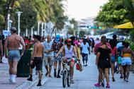 Paseantes en Ocean Drive en Miami Beach (Florida) este viernes.