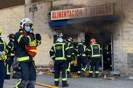 Los bomberos en el lugar del incendio donde ha fallecido un hombre de 38 años.