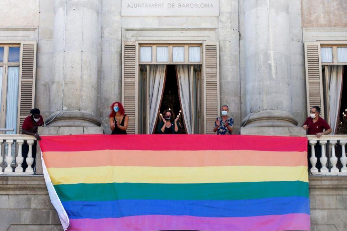 El Ayuntamiento de Barcelona ha colgado este domingo, Día del Orgullo 2020, la bandera LGBTI en la fachada del consistorio para defender y reivindicar los derechos y libertades del colectivo.