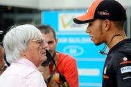 Hamilton charla con Ecclestone, durante su etapa en McLaren.