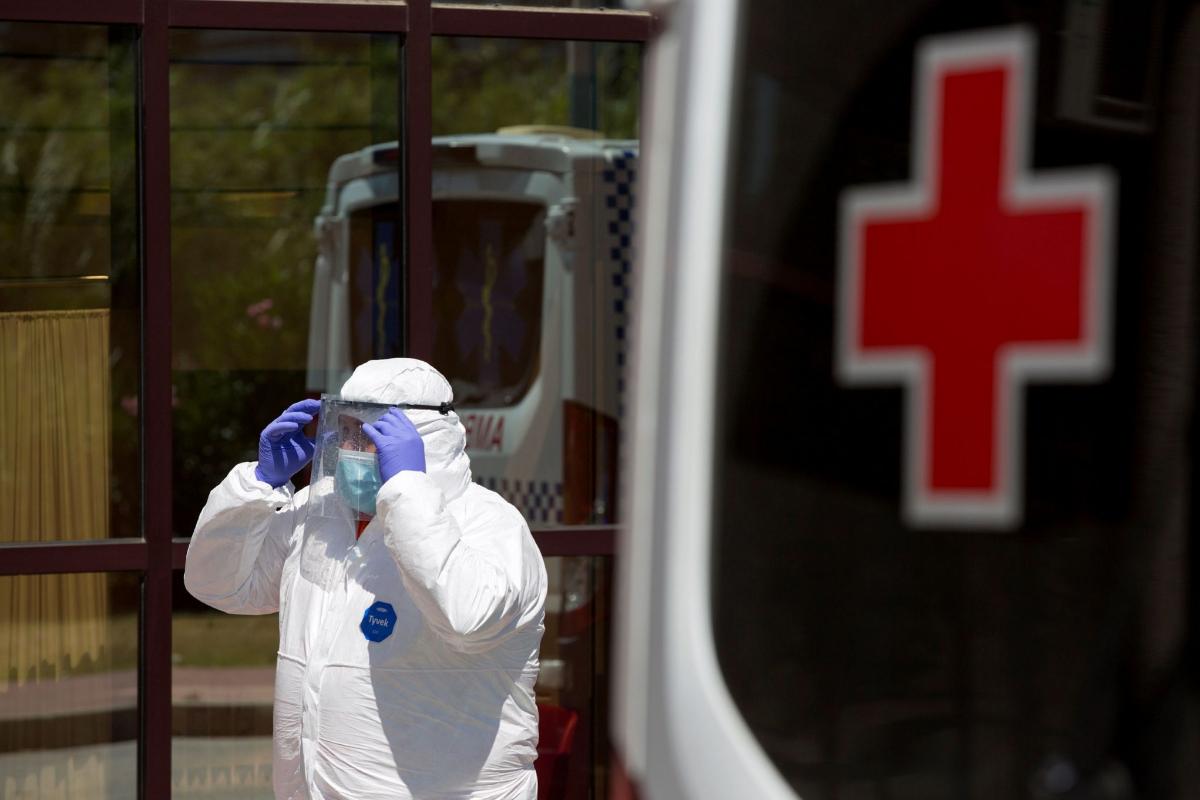 Personal sanitario llega al Centro de Acogida, Emergencia y Derivación de Cruz Roja de Málaga donde hay un brote de Covid-19.