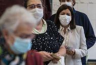 Anne Hidalgo (segunda a la derecha) hace cola para votar.