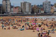 La playa de San Lorenzo, en Gijón, con bastante afluencia de bañistas.