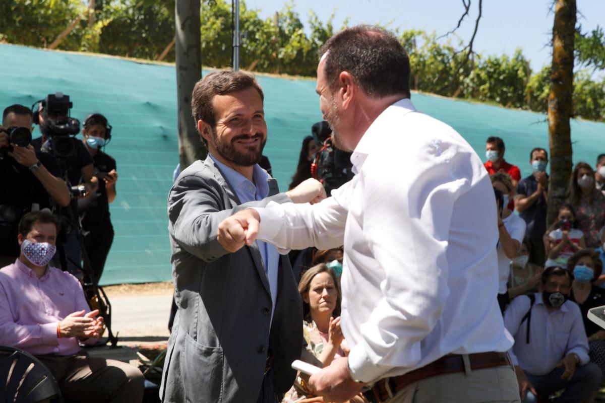 El presidente del PP, Pablo Casado, saluda al candidato del PP+Cs a 'lehendakari', Carlos Iturgaiz, este domingo, en Labastida (Álava).