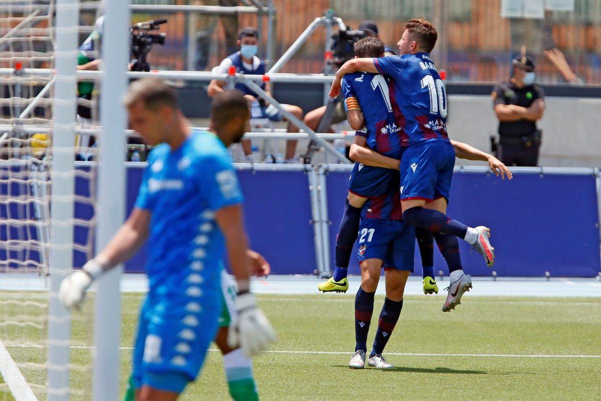 Los jugadores del Levante celebran con Borja Mayoral su gol ante el Betis.