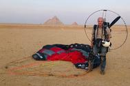George Steinmetz, retratado frente a las pirámides de Egipto con su parapente motorizado..