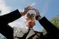 Un militar bebe champán tras graduarse en la academia de Bielorrusia.