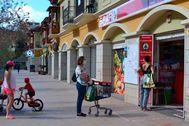 Varias personas hacen fila para entrar a un supermercado en La Gomera.