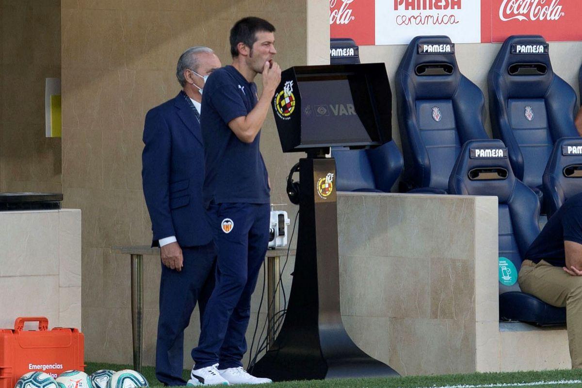 Albert Celades, en el banquillo del estadio de la Cerámica.