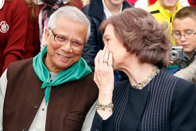 Muhammad Yunus y la Reina Sofía, en Valladolid en 2011.