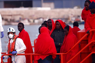 Inmigrantes rescastados en el mar de Alborán, este domingo, y trasladados a Almería.
