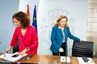 La ministra de Hacienda, María Jesús Montero, y la vicepresidenta económica, Nadia Calviño en Moncloa, el pasado febrero.