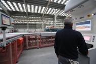 Un trabajador, en una línea de producción de una empresa azulejera de la provincia.