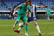 Una maravilla de Benzema deja solo en la cabeza al Madrid