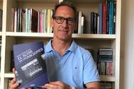 Roberto Beltrán, con un ejemplar de su libro.