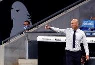 Zidane, el domingo, en la zona técnica de Cornellà.