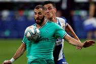 GRAF8885. BARCELONA.- El delantero francés del Real Madrid Karim lt;HIT gt;Benzema lt;/HIT gt; (delante) supera a Rosendo, del RCD Espanyol, en la jugada del gol de Casemiro, durante el partido correspondiente a la jornada 32 de LaLiga Santander que se disputa este domingo en el RCDE Stadium.