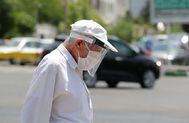 Un hombre camina con mascarilla y pantalla por el coronavirus.