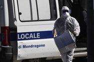Un sanitario con EPI contra el coronavirus trabaja en el brote de Mondragone.