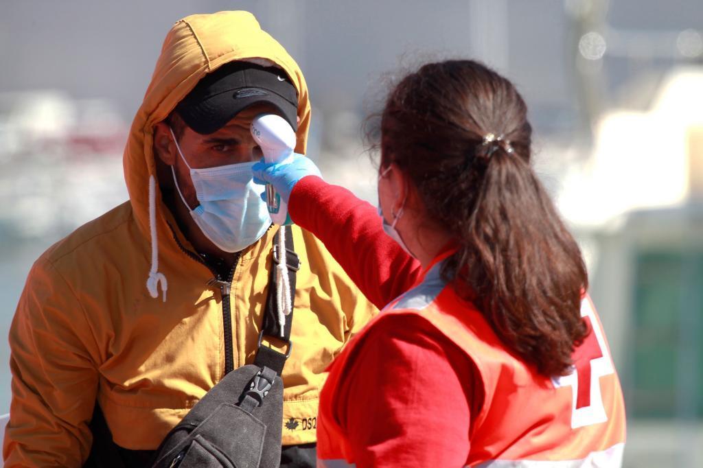 Una miembro de la Cruz Roja toma la temperatura en Algeciras