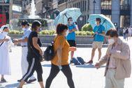 Dos guías de turismo en la Plaza de la Puerta del Sol a la espera de turistas.